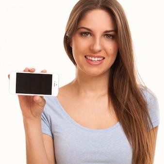 Junge kaukasische frau mit smartphone
