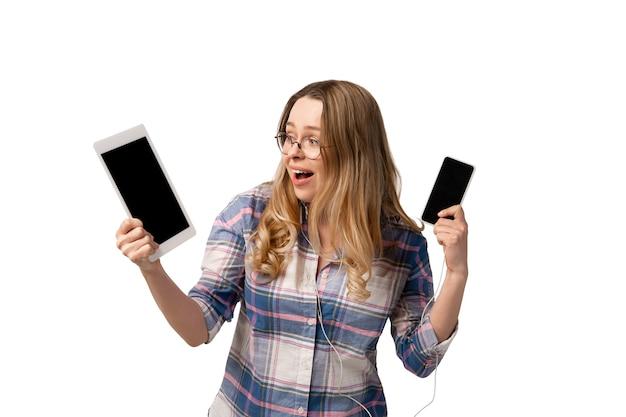 Junge kaukasische frau mit smartphones