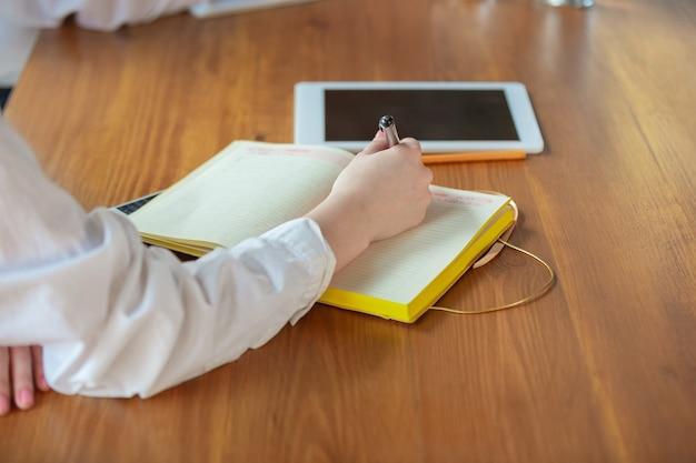 Junge kaukasische geschäftsfrau, die im büro arbeitet, sieht stilvoll aus. papierkram, analyse, entscheidungsfindung.