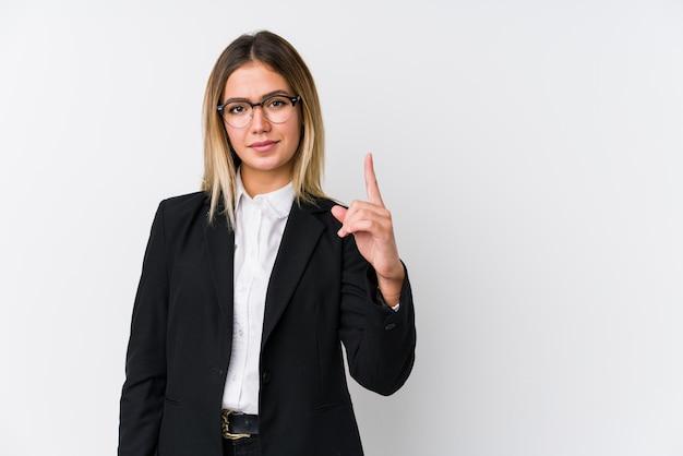 Junge kaukasische geschäftsfrau, die nummer eins mit finger zeigt.
