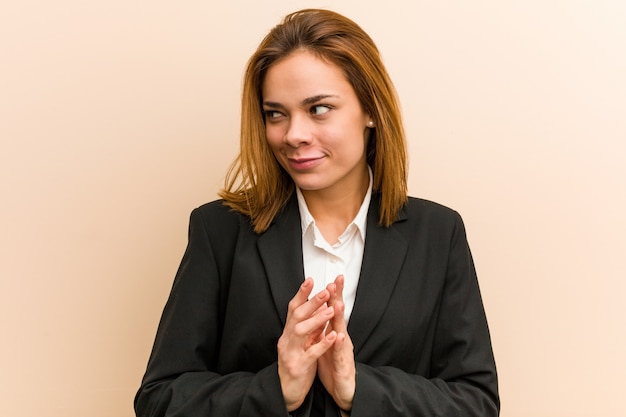 Junge kaukasische geschäftsfrau, die plan im verstand, eine idee gründend bildet.