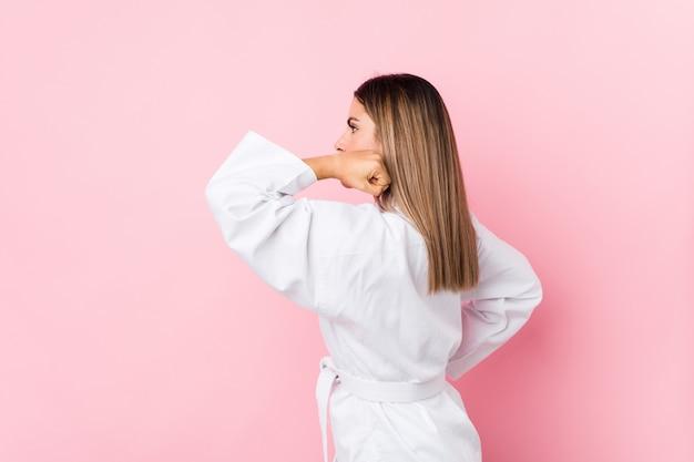 Junge kaukasische karatefrau getrennt