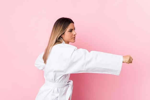 Junge kaukasische karatefrau isoliert