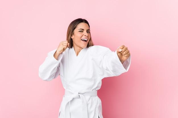 Junge kaukasische karatefrau