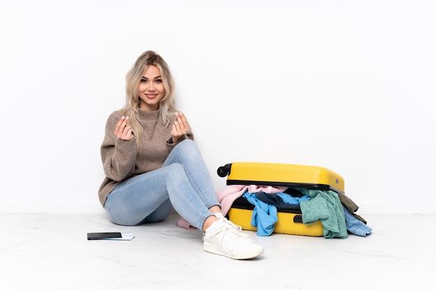 Junge kaukasische reisefrau über dem sitzen auf dem boden