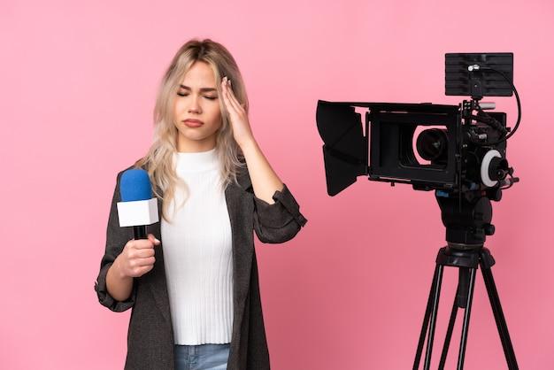 Junge kaukasische reporterfrau über isolierter rosa wand