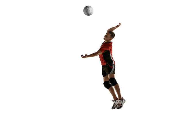Junge kaukasische volleyballspielerin, die isoliert auf weißem hintergrund praktiziert