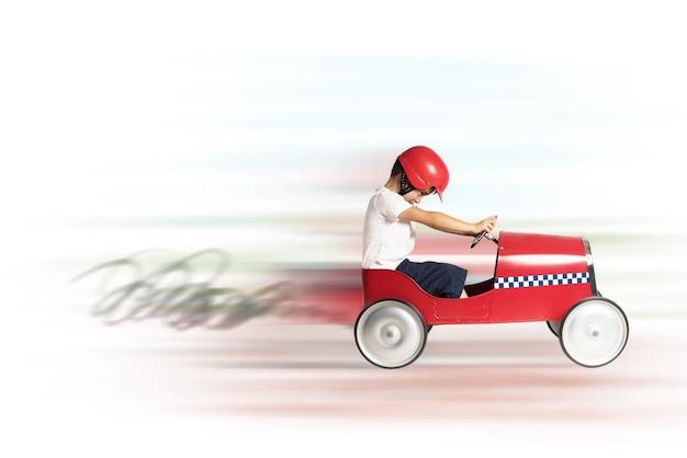 Junge kind spielen und läuft mit spielzeugauto