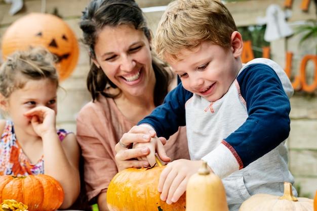 Junge kinder, die halloween jack-o-laternen schnitzen