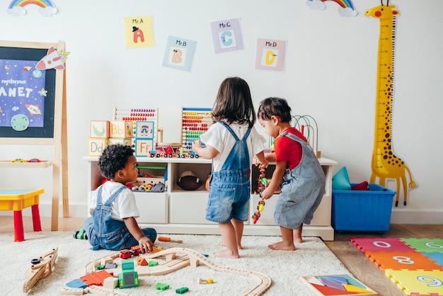 Junge kinder genießen im spielzimmer