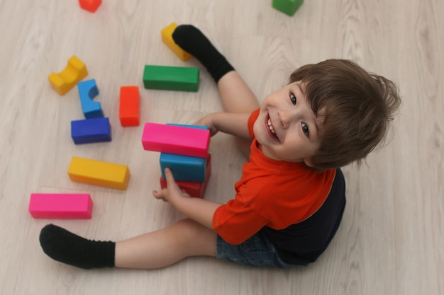 Junge kinder spielen auf dem boden in einem raum