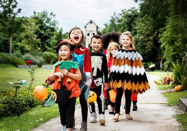 Junge kinder süßes oder saures während halloween