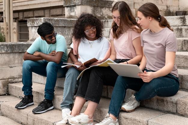 Junge kollegen, die gemeinsam für eine hochschulprüfung studieren a