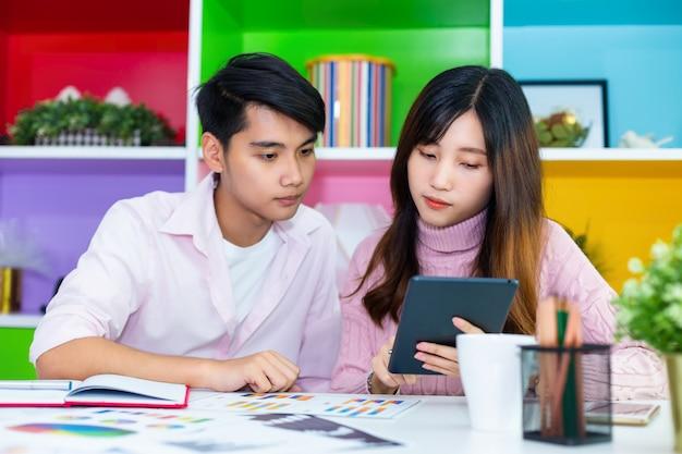 Junge kollegen, die im modernen büro zusammenarbeiten