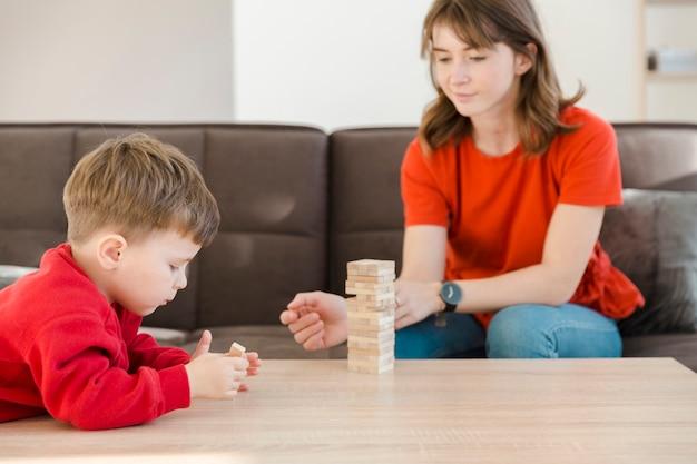 Junge konzentrieren sich auf janga-spiel