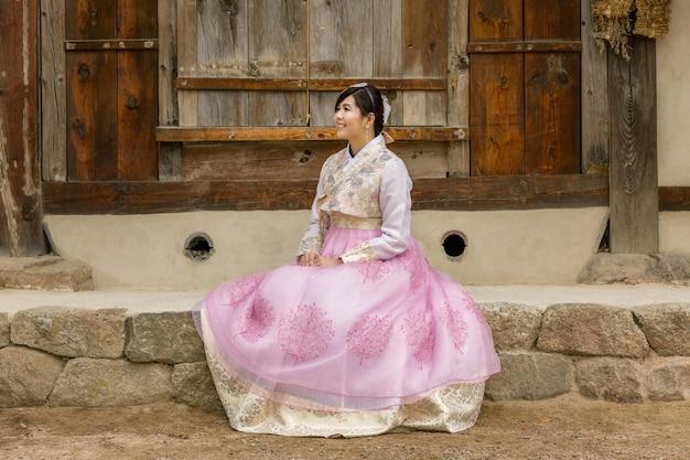 Junge koreanische paare im hanbok, der im park wolking ist