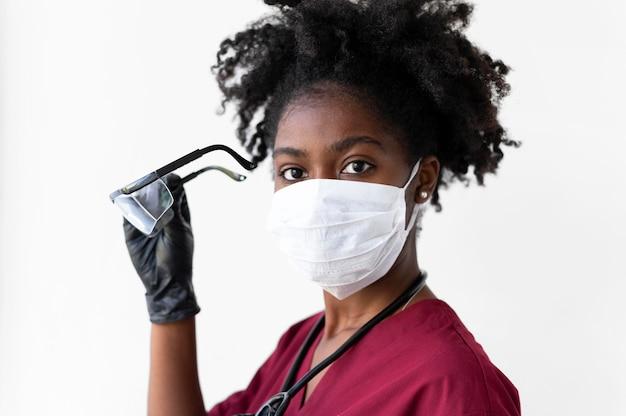 Junge krankenschwester mit schutzausrüstung protective