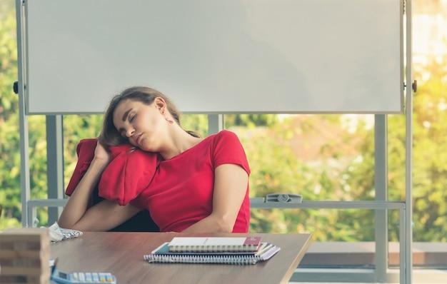 Junge kreative geschäftsfrau arbeiten schwer, also müdes schlafen am arbeitsplatz