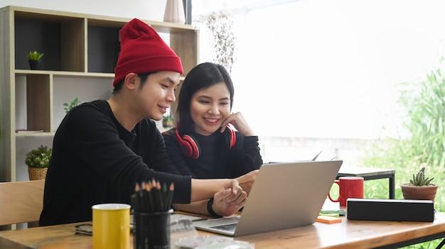 Junge kreative leute, die an einem neuen startprojekt im büro arbeiten.