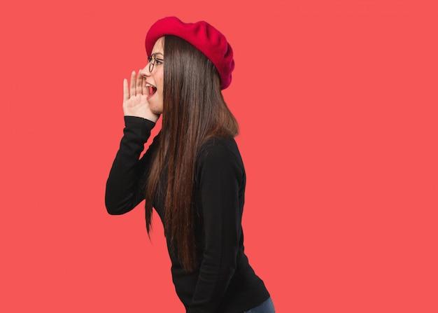 Junge künstlerfrau, die klatschunterton flüstert