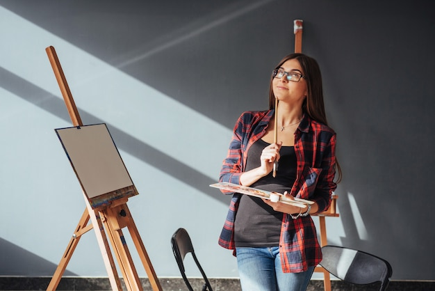 Junge künstlerin, die ein bild malt