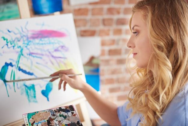 Junge künstlerin in ihrer werkstatt