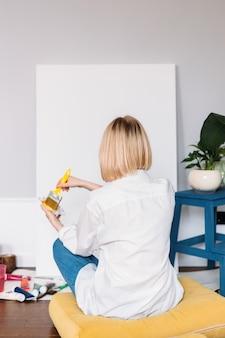 Junge künstlerin malt zu hause in einer kreativen studioumgebung