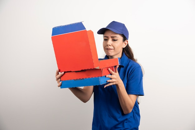 Junge kurierin mit pizzakarton und klemmbrett