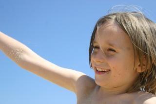 Junge lächelnd in der mitte des bildschirms