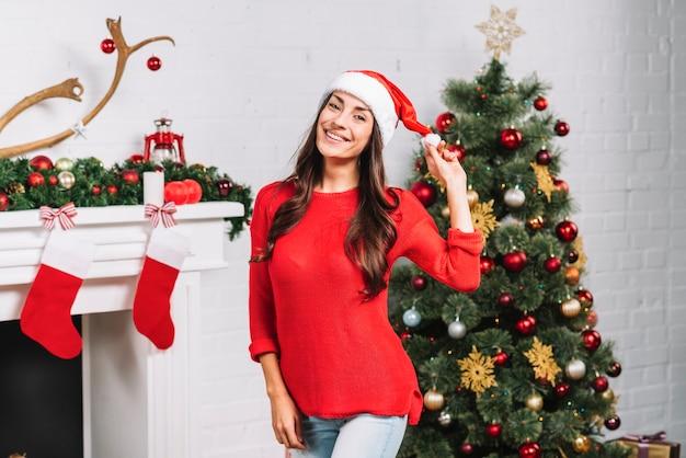 Junge lächelnde dame im weihnachtshut