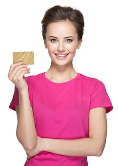 Junge lächelnde frau hält kreditkarte