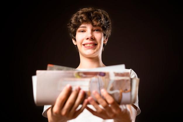 Junge lächelnde männliche kurier liefern whitepaper dokumente und brief fd