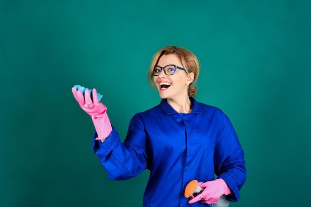 Junge lächelnde reinigungskraft isoliert auf grünem hintergrund porträt eines mädchens mit reinigungsmitteln lächelnd