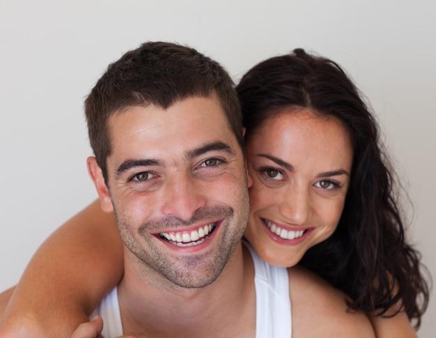 Junge lächelnde romantische paare, die in jeder anderen gesellschaft sich entspannen