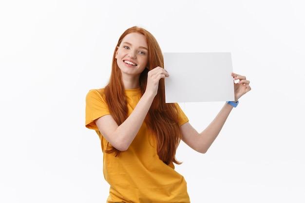 Junge lässige frauenart lokalisiert über weißem hintergrund halten zeichenkarte