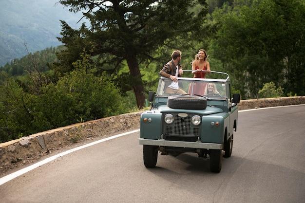 Junge landreisende fahren durch die landschaft