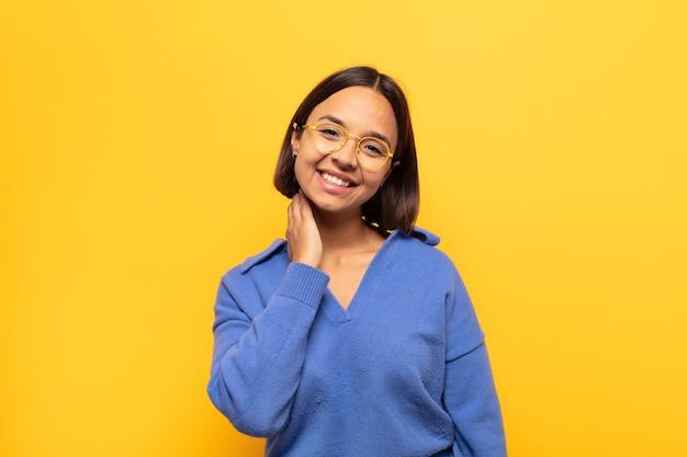 Junge lateinamerikanische frau, die fröhlich und selbstbewusst mit einem lässigen, glücklichen, freundlichen lächeln lacht Premium Fotos