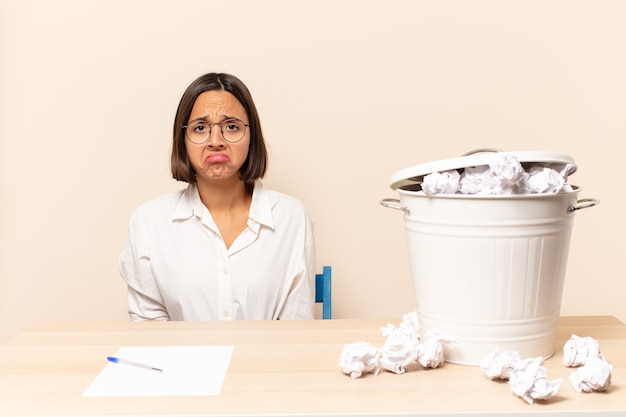 Junge lateinamerikanische frau, die sich traurig und gestresst fühlt, verärgert wegen einer bösen überraschung, mit einem negativen, ängstlichen blick