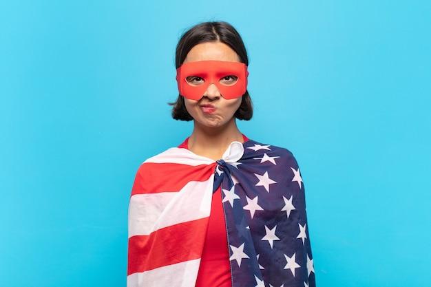 Junge lateinamerikanische frau, die sich verwirrt und zweifelnd fühlt, sich wundert oder versucht, eine entscheidung zu treffen