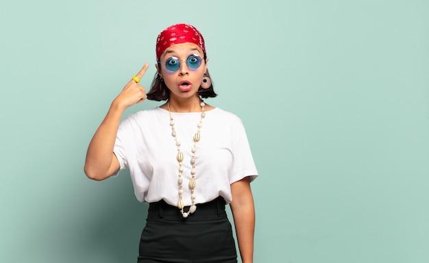 Junge lateinamerikanische frau, die überrascht, mit offenem mund, schockiert aussieht und einen neuen gedanken, eine neue idee oder ein neues konzept verwirklicht