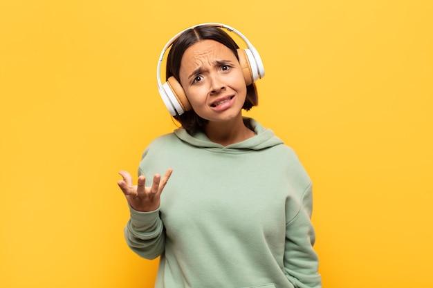 Junge lateinamerikanische frau, die wütend, genervt und frustriert aussieht und wtf schreit oder was mit ihnen los ist