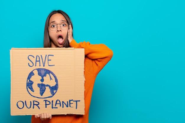 Junge lateinamerikanische frau mit retten unser planetenbrett