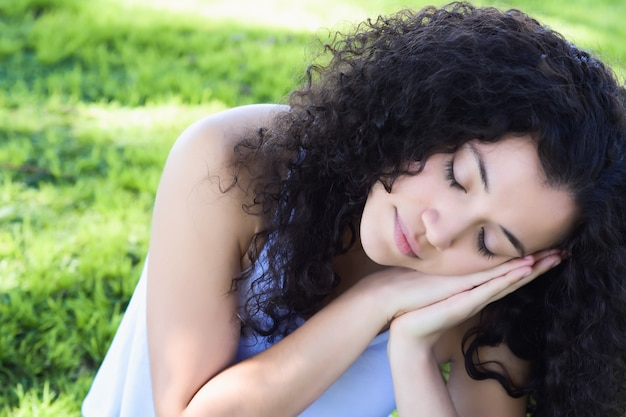 Junge lateinische frau, die auf dem park schläft