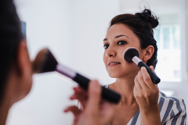 Junge latina beim schminken