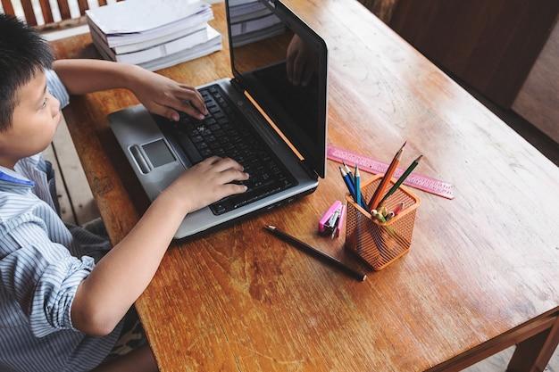 Junge lernt mit dem computer