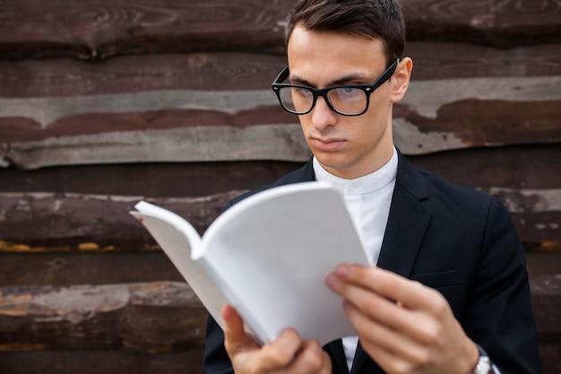 Junge lesebuch lokalisiert auf hölzernem hintergrund