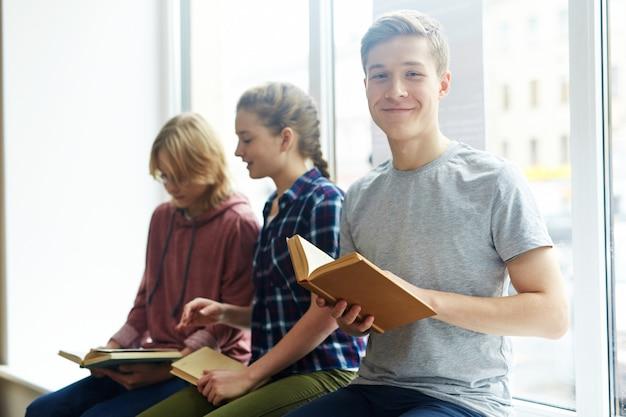 Junge leser an der universität