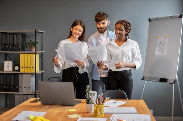 Junge leute arbeiten zusammen in einem startup-unternehmen