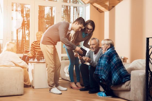 Junge leute besuchten den älteren mann und die ältere frau.