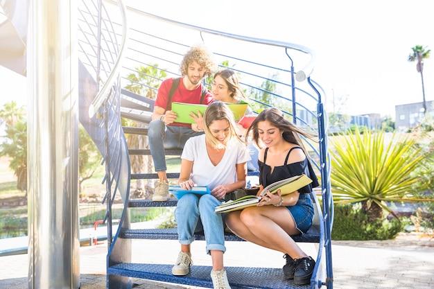 Junge leute, die auf treppenhaus studieren